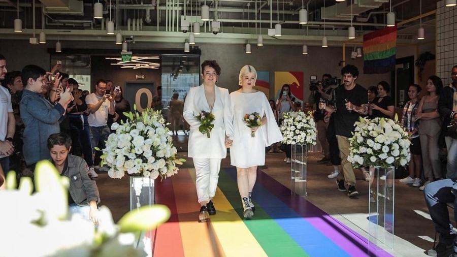 """Jaqueline e Nayda disseram """"sim"""" e assinaram a certidão de casamento na região da Paulista, vestidas de branco e com a família das duas reunidas - Jardiel Carvalho/UOL"""