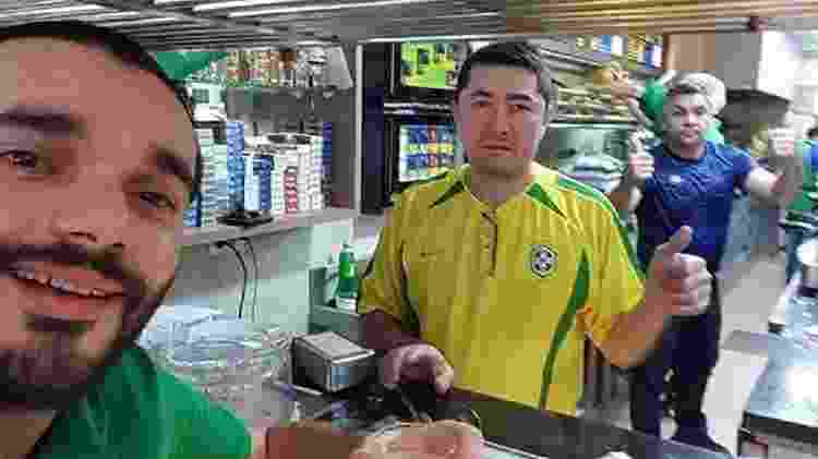 Toninho (centro) com camiseta da seleção brasileira, durante a Copa do Mundo - Reprodução/Picasa