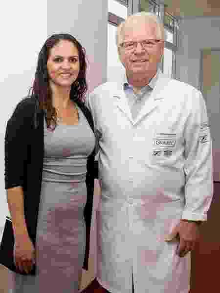 Sérgio Petrilli ao lado de Isabel, paciente que foi curada aos 16 anos e hoje trabalha no Graacc - Emilly França/Divulgação Graacc