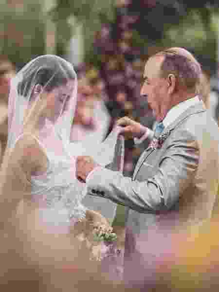 Isis Valverde e o pai, Rubens, no casamento da atriz - Reprodução/Instagram