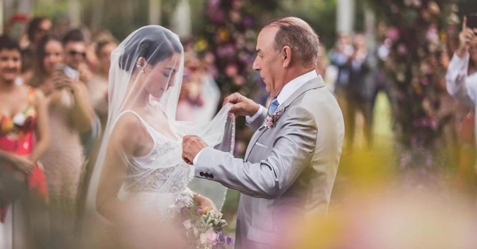Isis Valverde e o pai, Rubens, no casamento da atriz