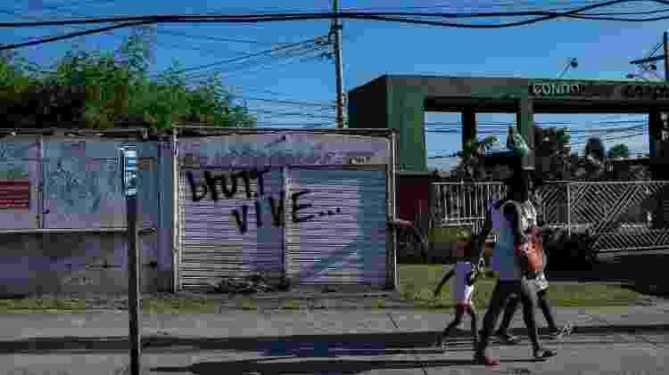 Mensagem na vizinhança da família de brutt, no Rio de Janeiro - Lucas Landau/UOL