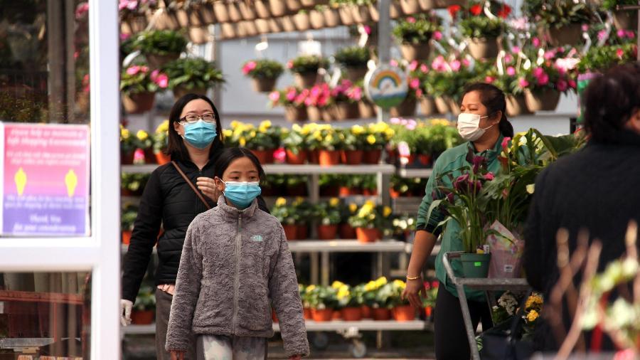 Mulheres e criança usam máscaras de proteção contra o coronavírus em Toronto, no Canadá - Getty Images