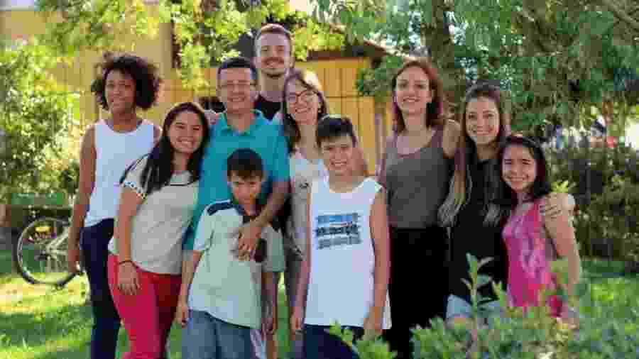 Ingrid Ewert Quagliato Mendes, o marido e os oito filhos - Arquivo Pessoal