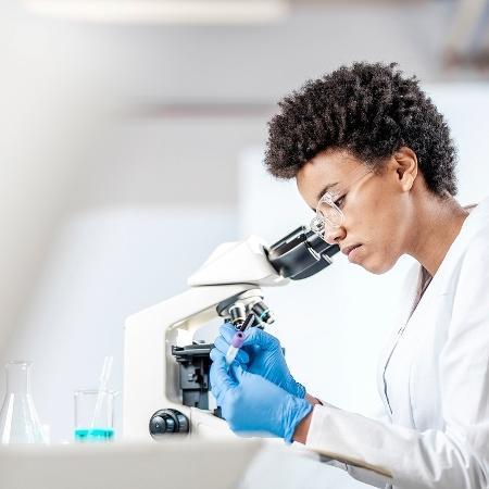 Ciência, pesquisa, laboratório, cientista - iStock