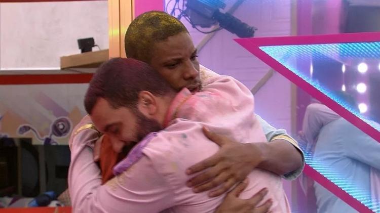 BBB 21: Lucas Penteado e Gilberto se abraçam após beijo na festa - Reprodução/Globoplay - Reprodução/Globoplay