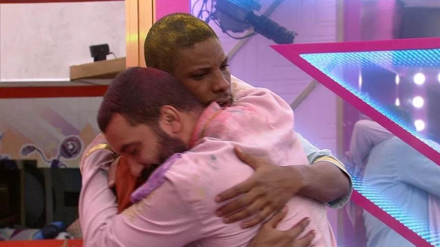 BBB 21: Lucas Penteado e Gilberto se abraçam após beijo na festa - Reprodução/Globoplay