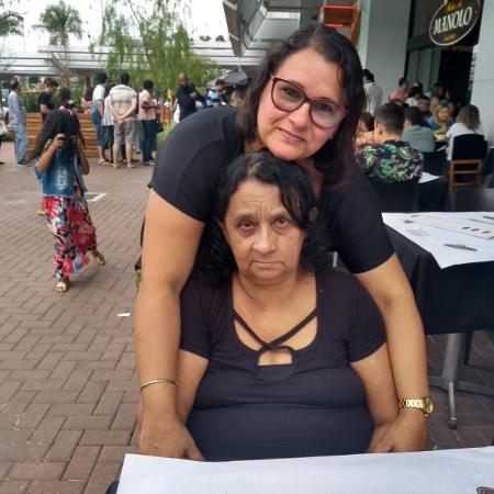 Maria Helena, sentada, com a filha Marcia, perdeu a visão dos dois olhos por glaucoma - Arquivo pessoal