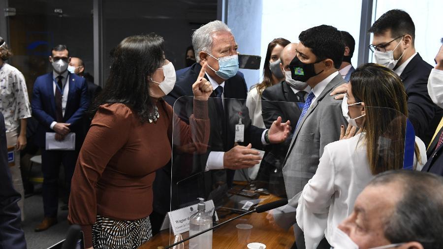 """Com o dedo em riste, Simone Tebet fala com Wagner do Rosário, que a chamou de """"descontrolada"""" - Roque de Sá/Roque de Sá/Agência Senado"""