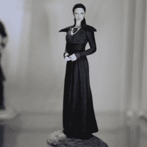 """Sansa Stark, irmã de criação de Jon Snow e uma das personagens centrais na atual fase da série """"Game of Thrones"""", aparece em versão de miniatura em exposição no estande da editora Dark Horse em San Diego - Reprodução/Twitter oficial/@GameofThrones"""