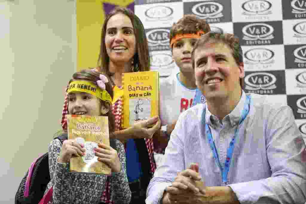 """Jeff Kinney, autor de """"Diário de um Banana"""", tira fotos com leitores na Bienal do Rio - Light Press/Divulgação"""