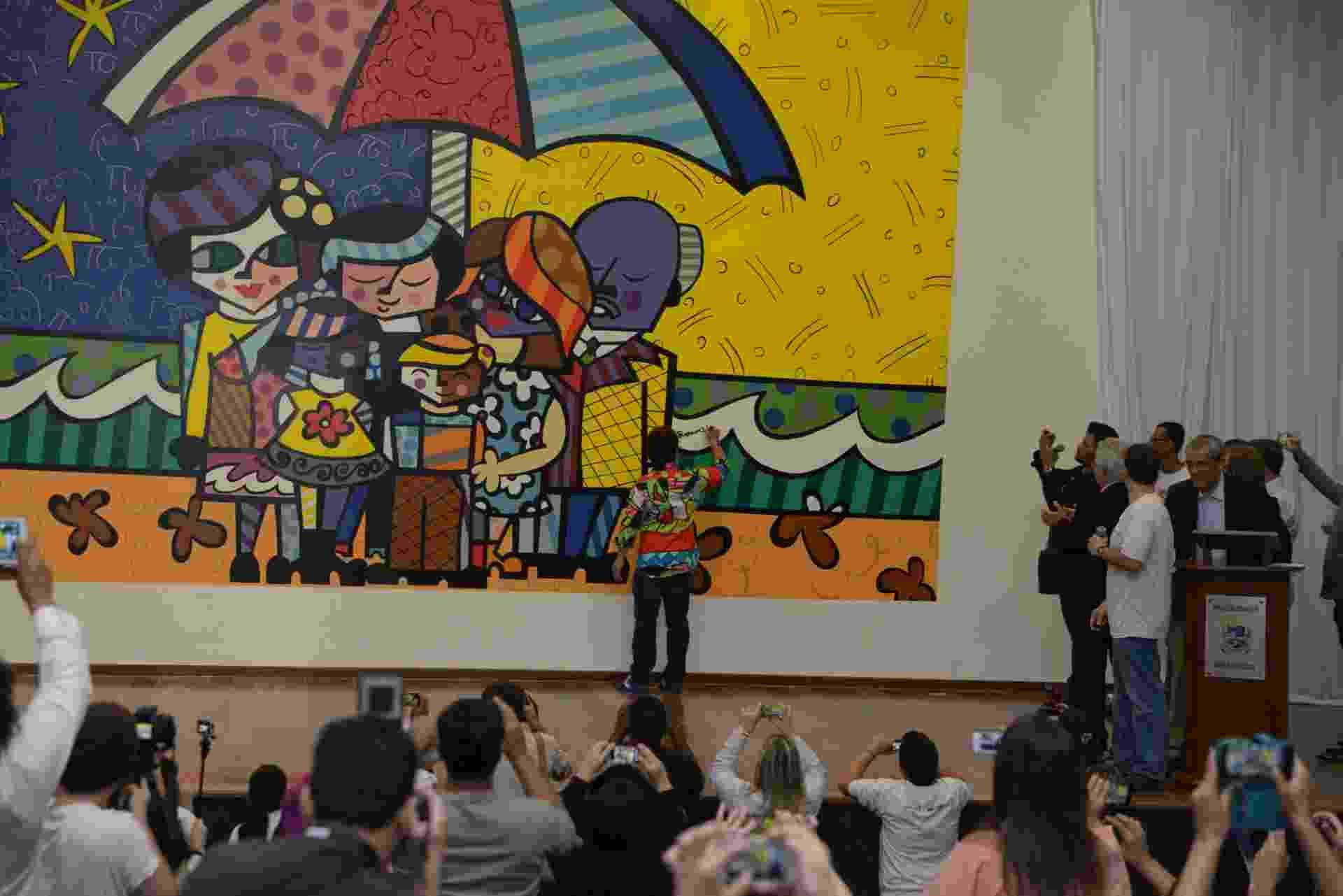 25.out.2015 - O artista Romero Britto participou na manhã deste domingo da inauguração de seu maior painel que ficará exposto na Escola José Antonio Bortolozzo - Divulgação