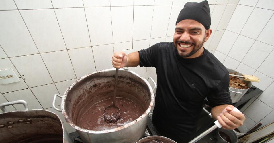 O chef Bruno que prepara as feijoadas servidas na quadra da Mangueira no Rio de Janeiro