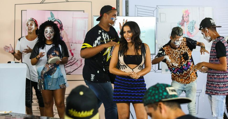 Os participantes foram sorteados entre os fãs da cantora. Anitta deixou o hotel correndo para apresentar o programa
