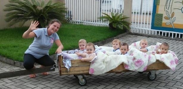 A professora Carolina Kistner passeia com a turma de bebês  - Divulgação