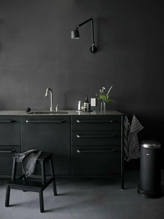 Mas pode ser tudo preto? De acordo com o arquiteto Maurício Karam, sim, mas o truque é usar texturas diferentes. O conceito