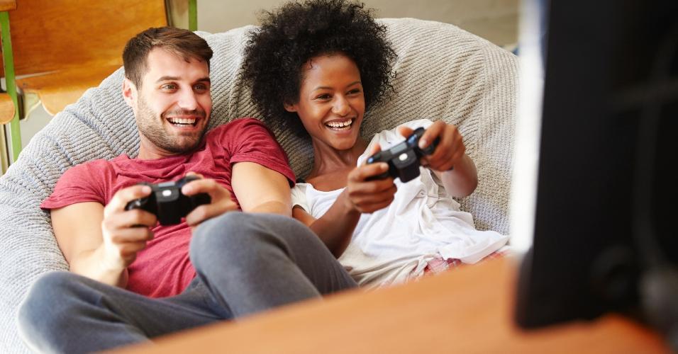 Homem e mulher jogando videogame