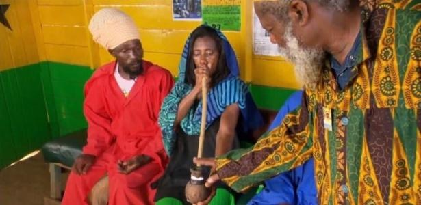 1.jul.2016 - Glória Maria visita tribo rastafári na Jamaica e fuma maconha - Reprodução /TV Globo