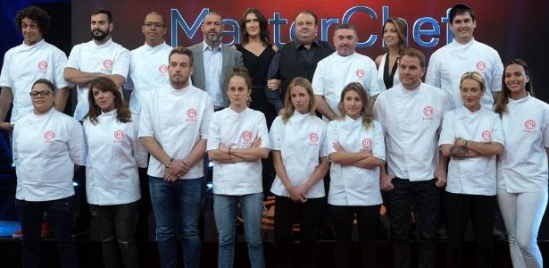 """Jurados e apresentadora posam com os 14 participantes do """"MasterChef Profissionais"""" - Francisco Cepeda/AgNews"""