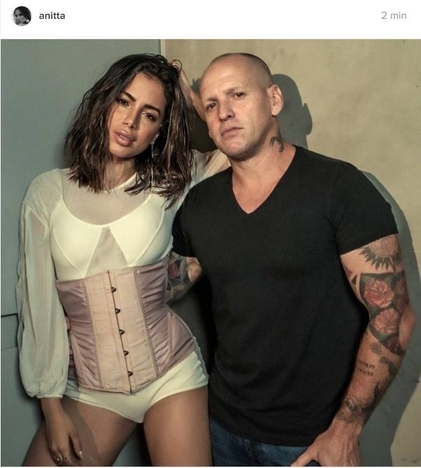 """13.out.2016- Anitta mostra bastidores de ensaio para a revista Vogue Brasil ao lado do fotógrafo Jacques Dequeker: """"Delícia ser fotografada por você. Obrigada pelo convite"""", escreveu ela"""