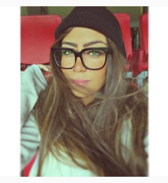 Rafaella Silva, irmã de Neymar, usa óculos com armação grossa e touca no cabelo