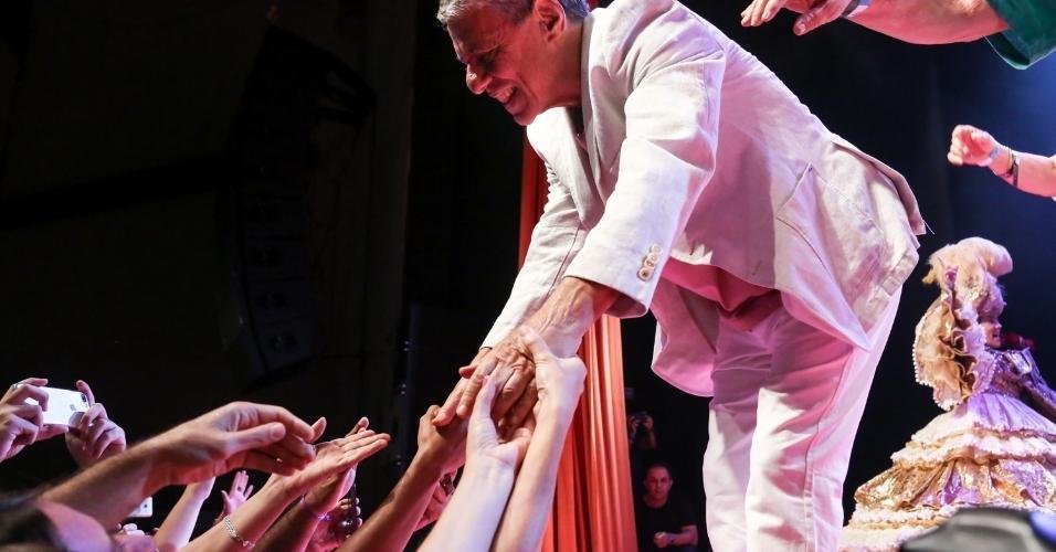 14.fev.2017 - Chico Buarque cumprimenta o público no Vivo Rio, no Rio de Janeiro