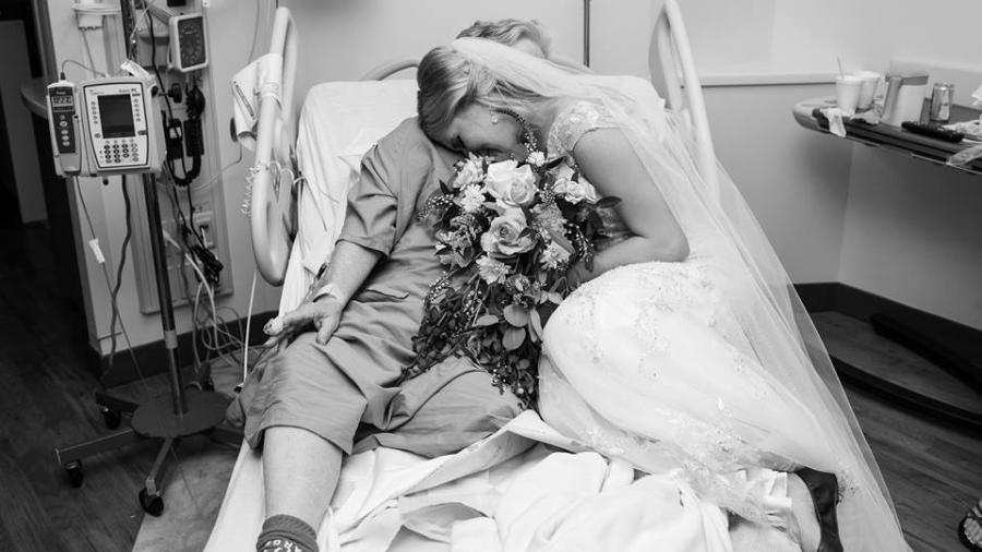 Neta visita avó no hospital vestida de noiva - Pink Shutter Photography/Reprodução/Facebook