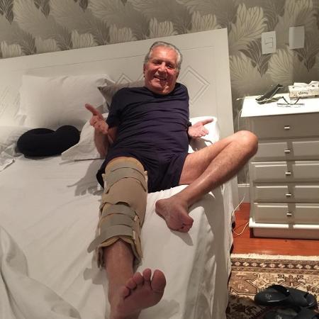 Carlos Alberto de Nóbrega publica foto com a perna imobilizada - Reprodução/Instagram/calbertonobrega