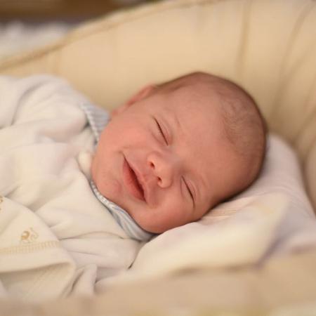 Gabriel sorri em foto usada pelos pais para comemorar seu primeiro mês de vida - Reprodução/Instagram/gusttavolima