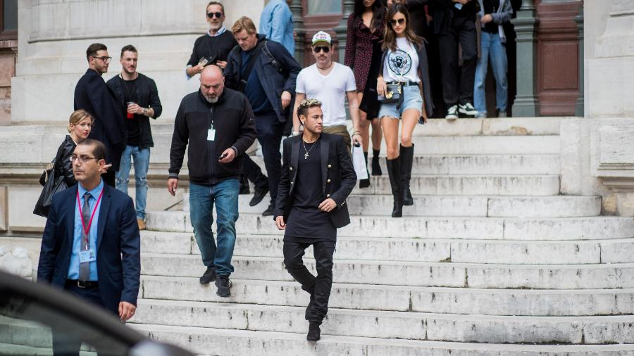 Neymar e a modelo Alessandra Ambrósio saem do desfile da grife Balmain - Getty Images