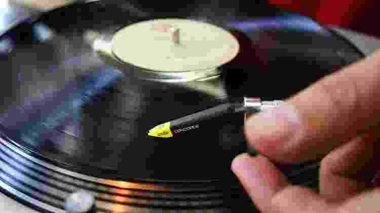 """Muitas lojas permitem um """"test drive"""" antes da compra de LPs usados - Alex Almeida/Folhapress - Alex Almeida/Folhapress"""