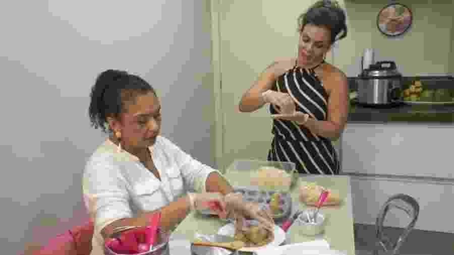 """Sula Miranda e a irmã, Deusilene, preparam coxinhas """"maromba"""" no reality """"Os Gretchens"""" - Reprodução/Multishow"""