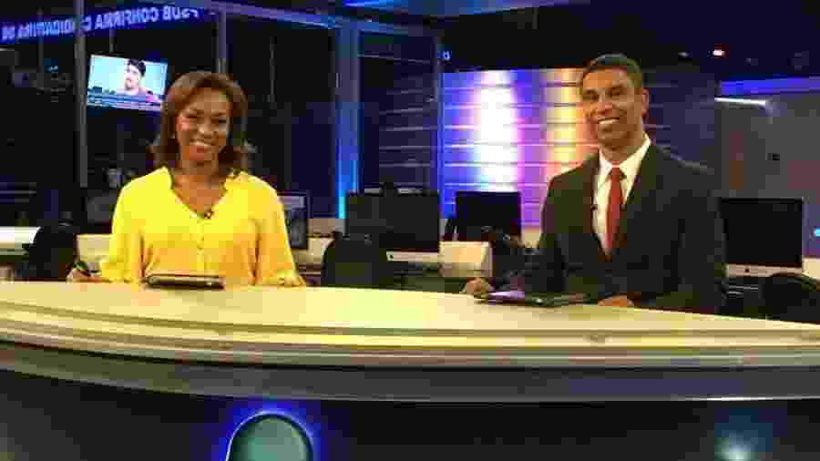 """Luciana Camargo e Rodrigo Cabral formaram a primeira dupla negra em uma bancada de telejornal no """"RedeTV News"""" - Reprodução/Facebook"""