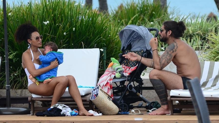 Sheron Menezzes curte domingo em família com o filho Benjamin e o marido Saulo Bernard em resort na Bahia - Webert Belicio /Ag.News