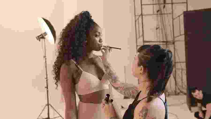Iza durante ensaio de fotos para a Plié Lingerie - Divulgação/Pilé Lingerie