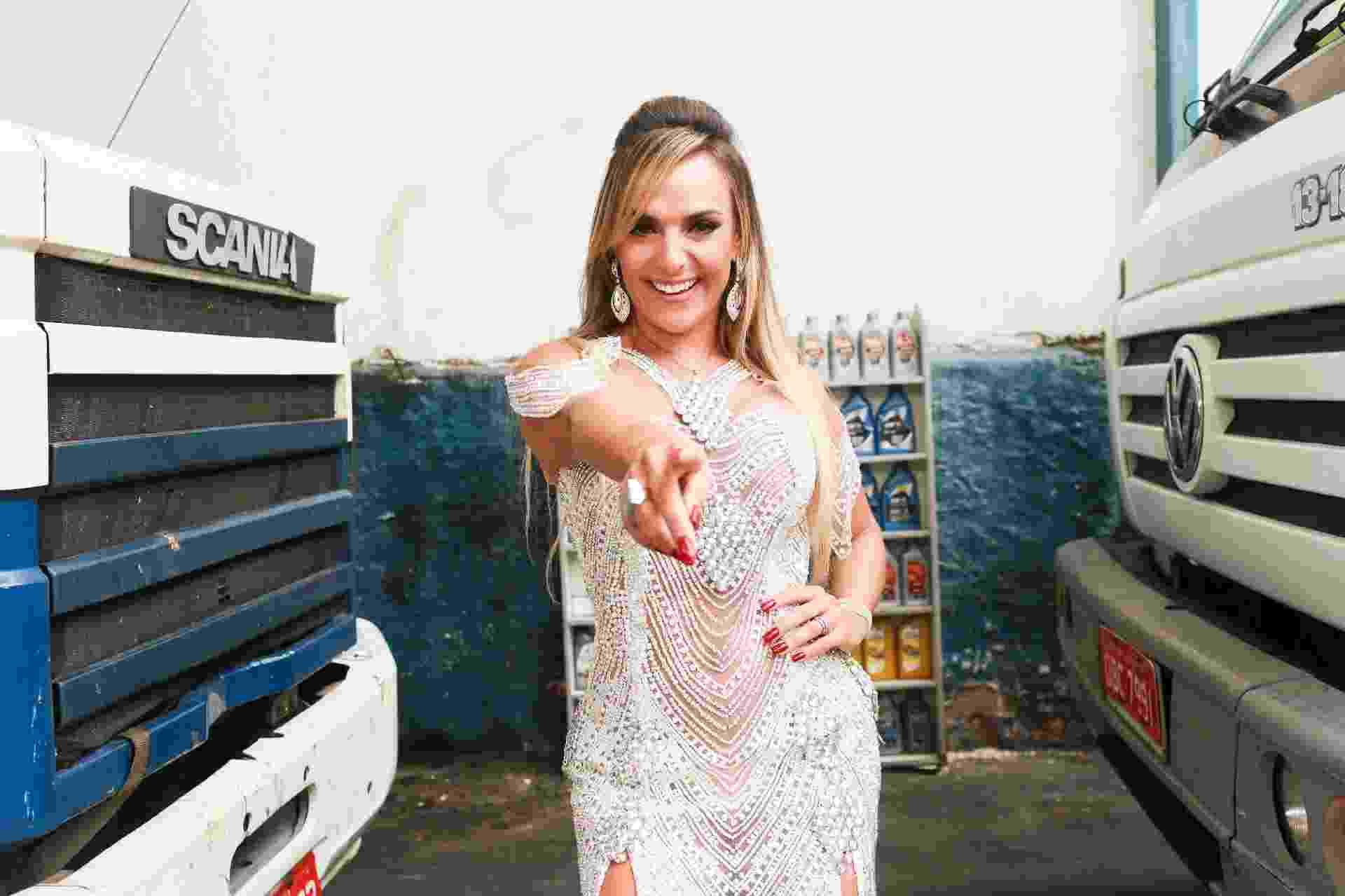 Francine Carvalho, musa das escolas de samba Gaviões da Fiel e Tom Maior, posa em sua loja de lubrificantes na zona norte de São Paulo - Iwi Onodera/UOL