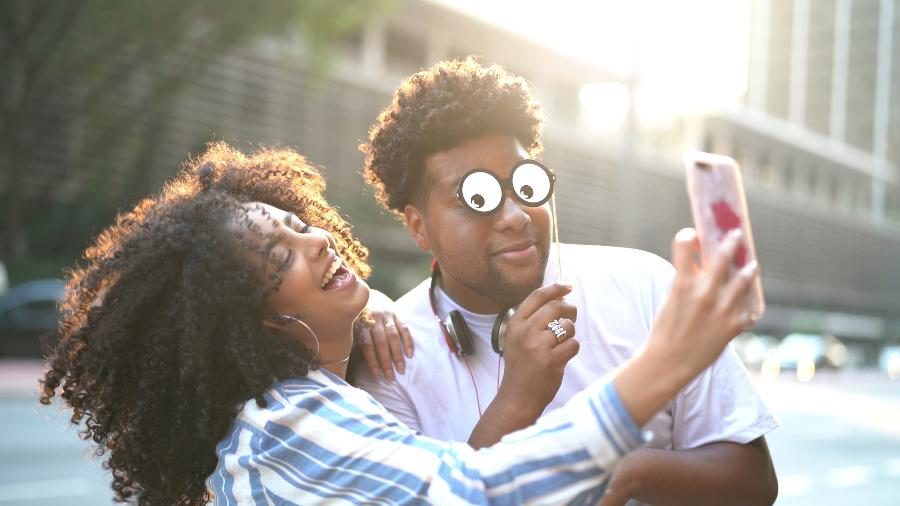 """Publicar foto com o namorado nas redes sociais é forma de """"assumir"""" namoro nas redes sociais - iStock Images"""