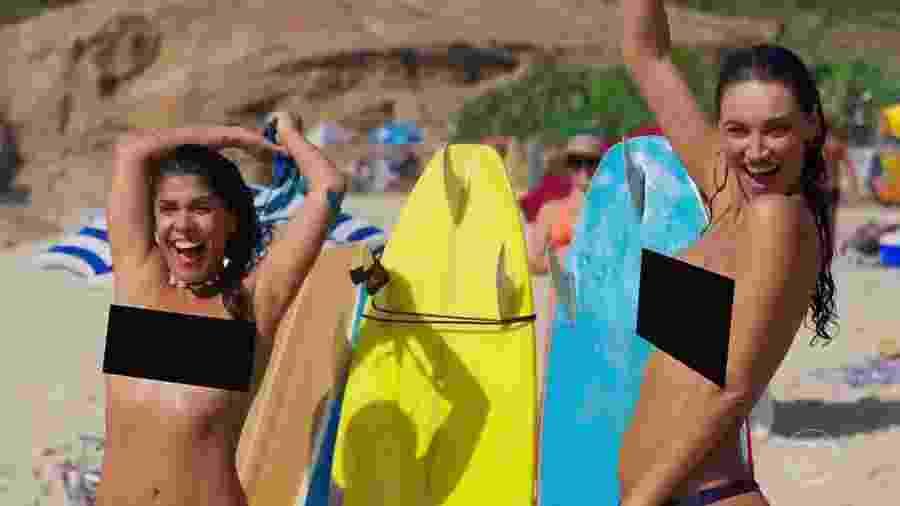 """Diana e Gisela fazem topless na praia em """"Verão 90"""" - Reprodução/TV Globo"""