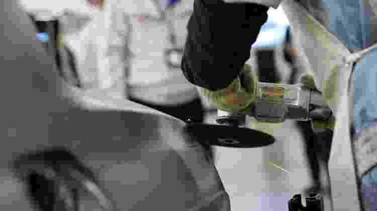 Funcionários fazem acabamento final nas chapas para eliminar imperfeições - Divulgação