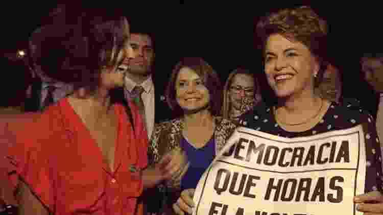 A atriz com Dilma Rousseff em uma exibição do Que Horas Ela Volta?, na UnB (Universidade de Brasília), onde estudou - Reprodução/ Instagram