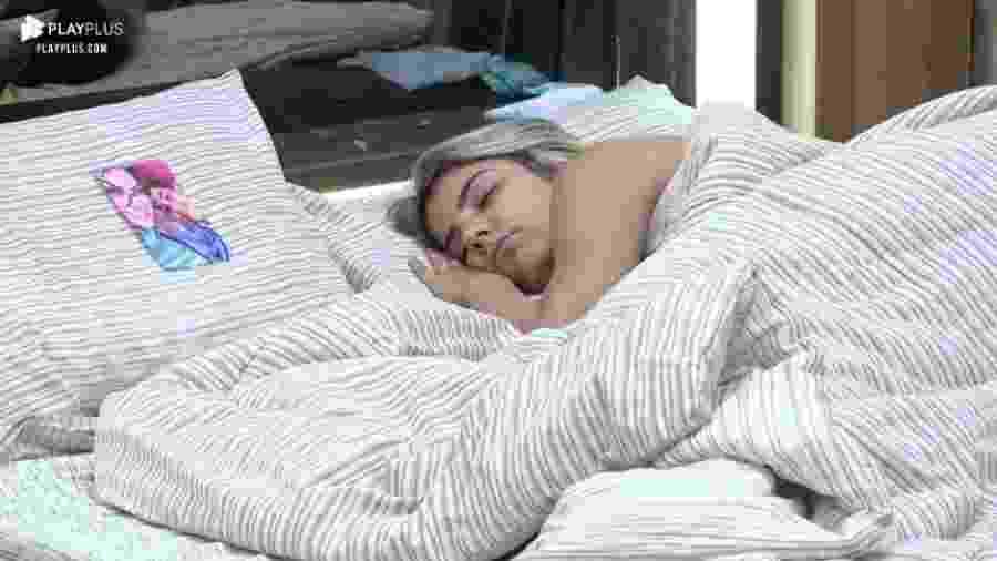 Hari dorme com foto de Thayse no travesseiro - Reprodução/PlayPlus