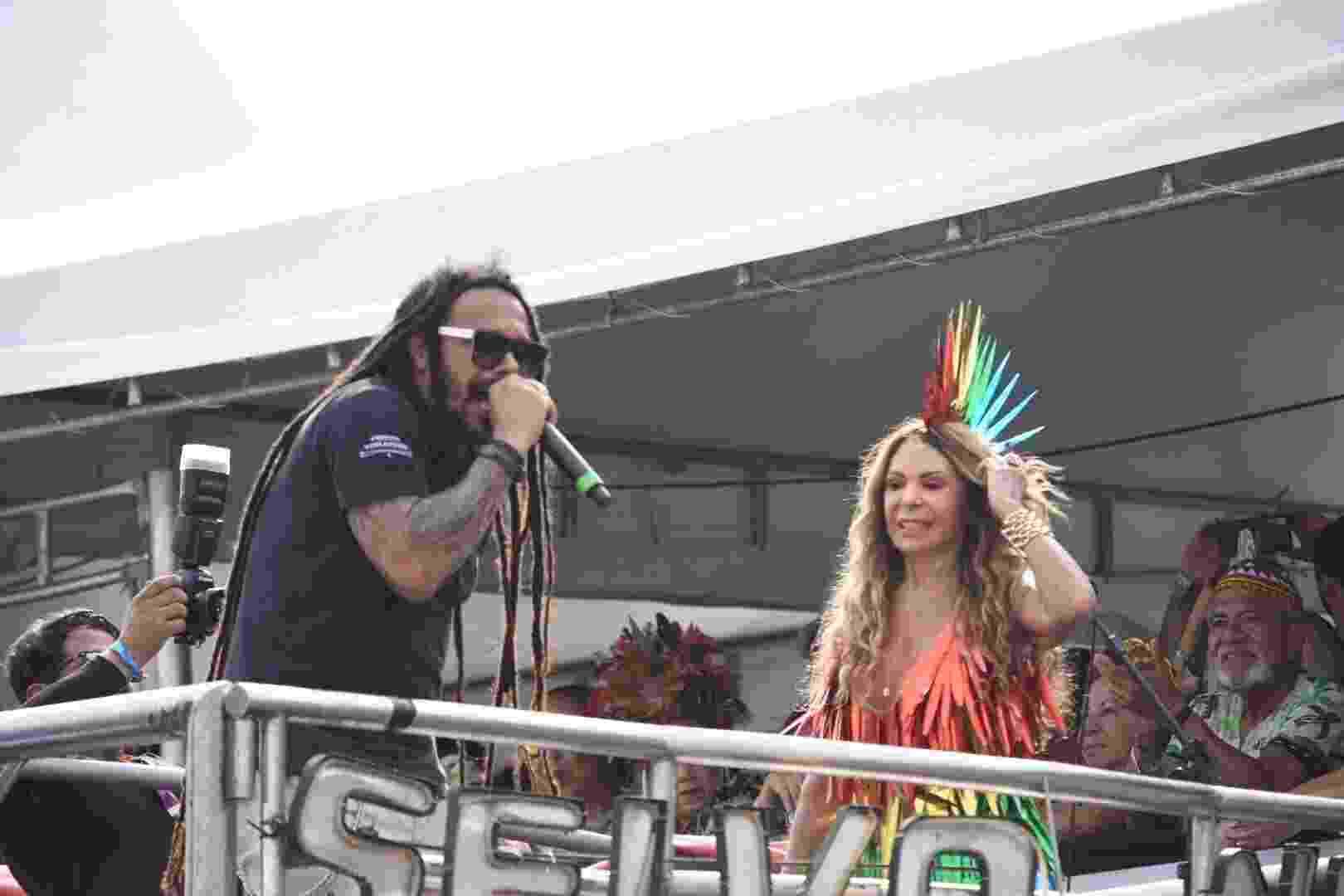 Elba Ramalho canta ao lado de Marcelo Falcão, ex-O Rappa, no Galo da Madrugada - Felipe Souto Maior / AgNews