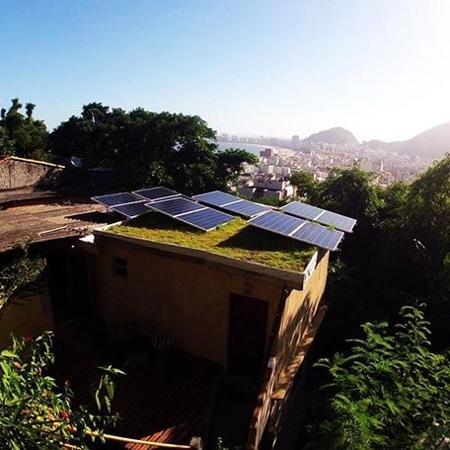 Placas solares instaladas pela RevoluSolar no Morro da Babilônia, no Rio - RevoluSolar