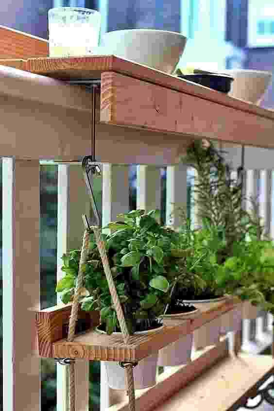 Estrutura presa à janela pode ter função dupla: apoiar copos e comidinhas e segurar vasinhos pendurados - Reprodução/Pinterest