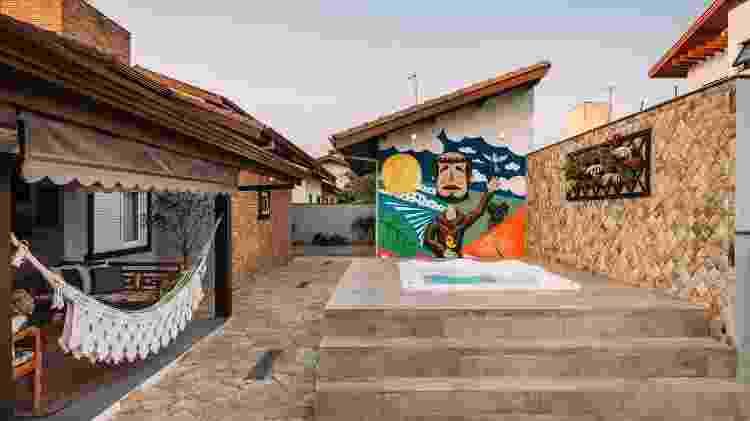 Parede da área externa da casa com piscina com grafite  - Henrique Ribeiro - Henrique Ribeiro