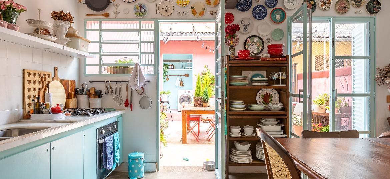 """Cores, mix de estilos e jeito de """"casa da avó"""" encantam na casinha de vila de Roberta Couto - Mônica Assan"""