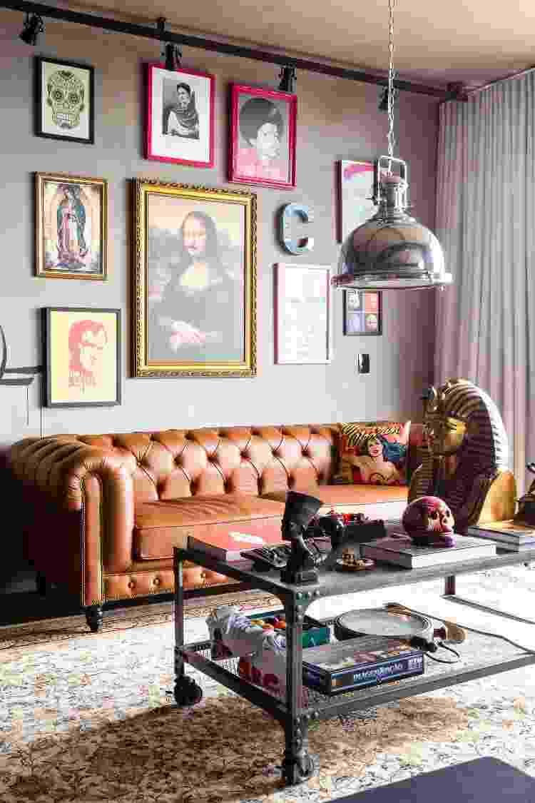 Sofá Chesterfield se tornou uma peça cobiçada depois que a decoração rústica ganhou espaço dentro das casa - Reprodução/Pinterest - Reprodução/Pinterest