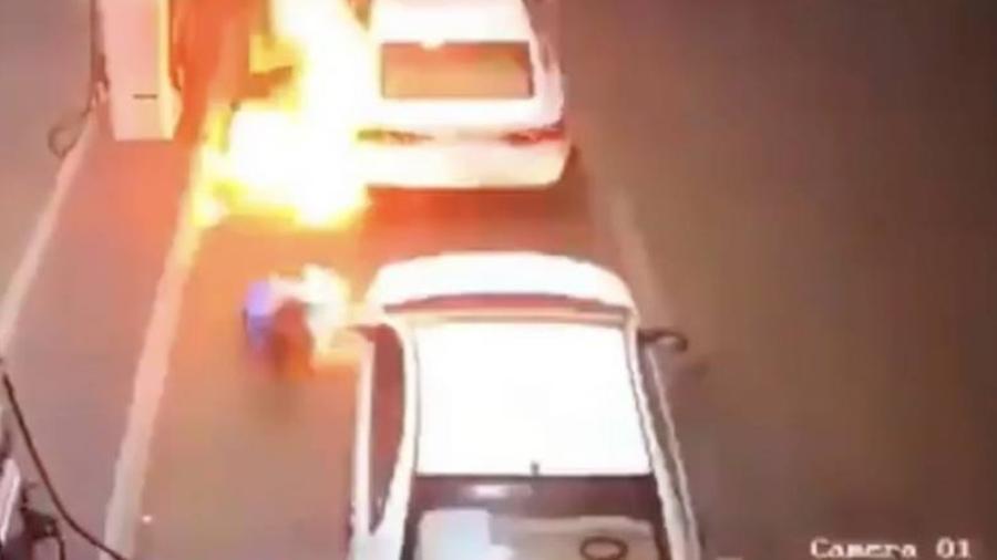 Carro pega fogo em posto na Arábia Saudita - Reprodução