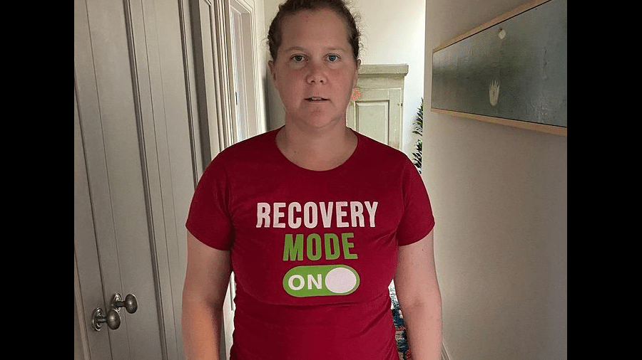 """Amy Schumer usa uma camisa """"em modo recuperação"""" após retirar o útero e um tumor do apêndice - Reprodução/Instagram"""
