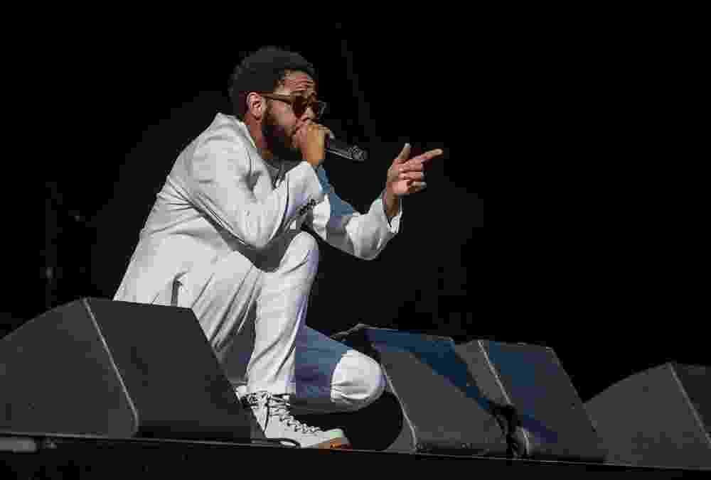 21.jun.2015 - O rapper Emicida embala público do palco Julio Prestes, durante a Virada Cultural, em São Paulo. Com mensagem contra intolerância religiosa, o rapper explicou que estava de branco como protesto. - Francisco Cepeda/AGNews